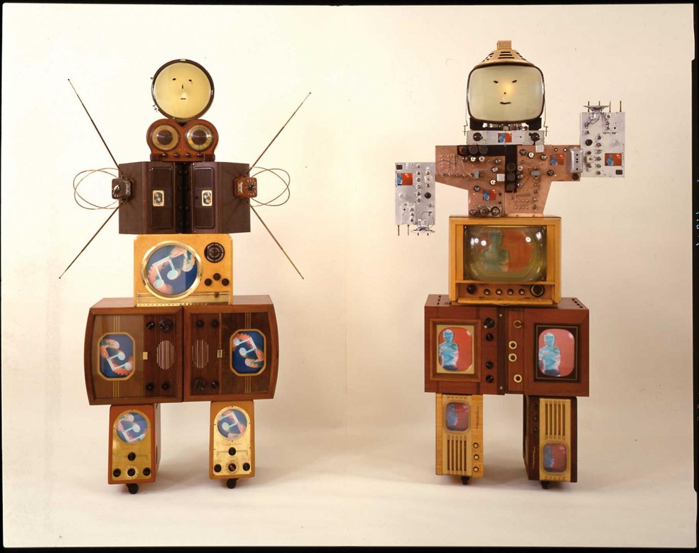 Nam June Paik »Family of Robot: Aunt and Uncle« · 1986 Mischtechnik, One-Channel-Videoskulpturen Photo: Cal Kowal © Carl Solway Gallery, Cincinnati (Ohio) & Nam June Paik Estate