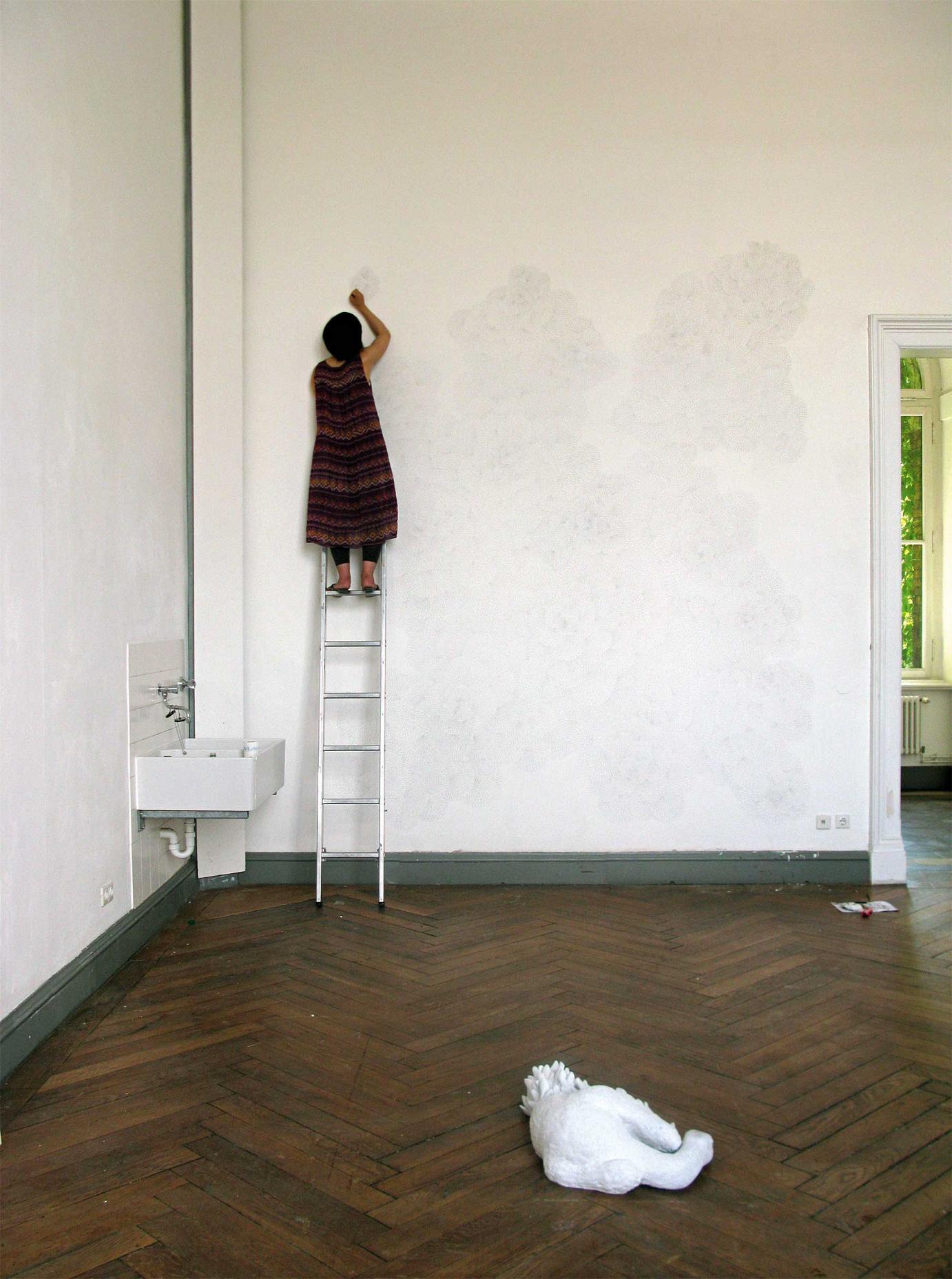 Michiko Nakatani bei der Umsetzung ihrer großen Wandzeichnung