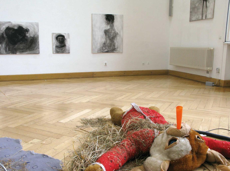 AUSSTELLUNGSANSICHT Im Vordergrund ein Teil von Klaus Beckmanns Installation, im Hintergrund Nadja Poppes Bilder