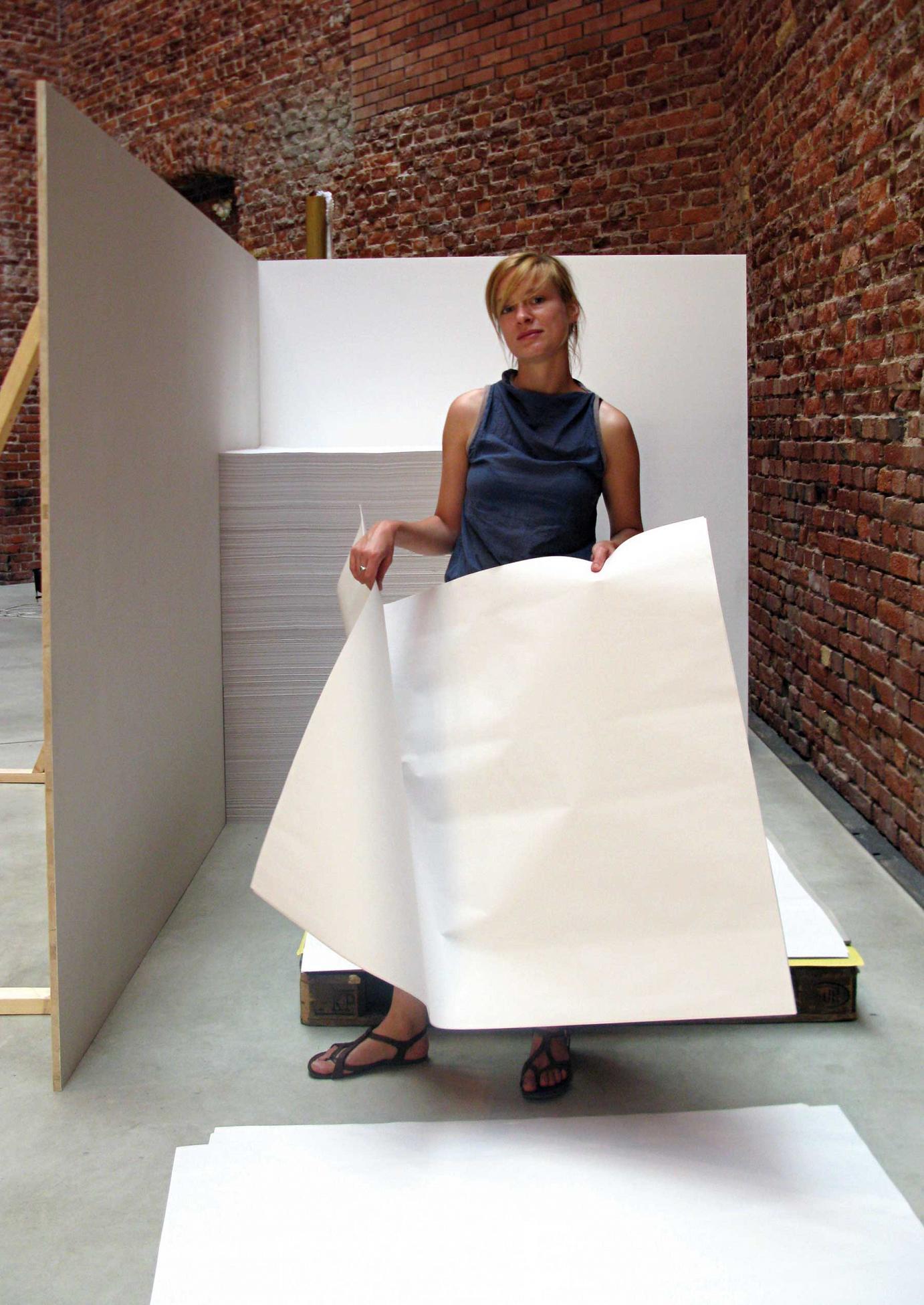 Juliane bereitet ihre Performance für die Diplomausstellung vor. 15?000 Bögen Papier gilt es dann Blatt für Blatt umzustapeln.