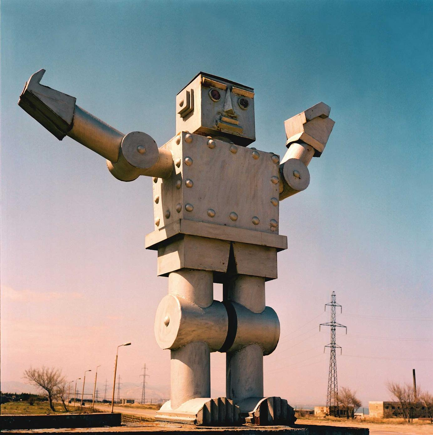 Rena Effendi »Robot in front of Sumgayit's Soviet machinery plant« Photographie