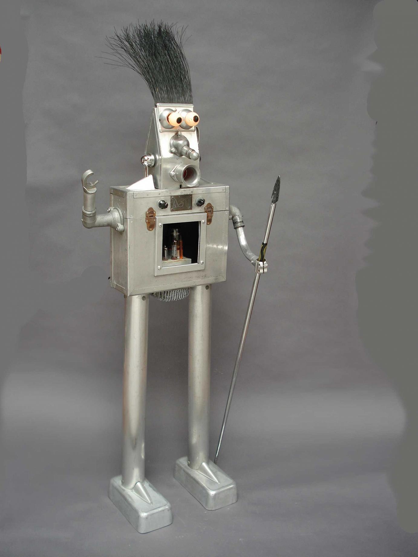 Clayton Bailey »Warrior Robot« · 2007 Aluminium & verschiedene Materialien 142,2 cm hoch